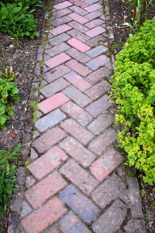 Сделать дорожку в саду своими руками из кирпича 11